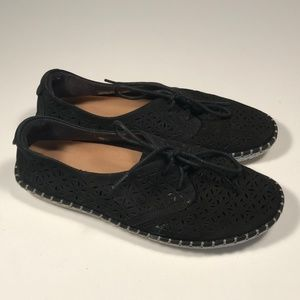 """Earth """"Pax"""" Perforated Leather Flats Women 7 B"""